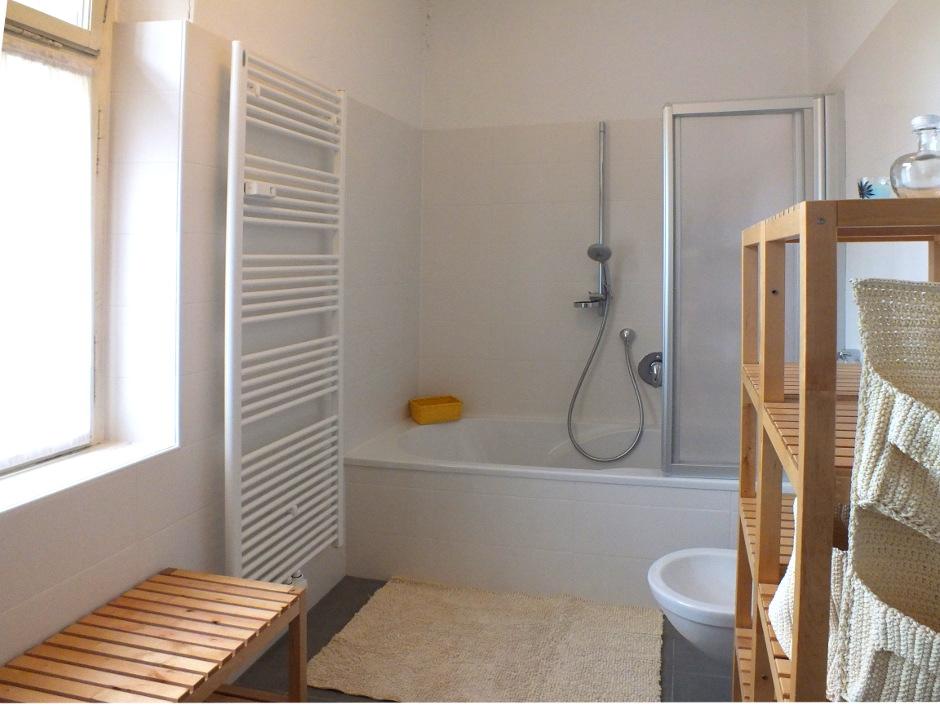 Vasca da bagno piccola con seduta eccellente grande doccia